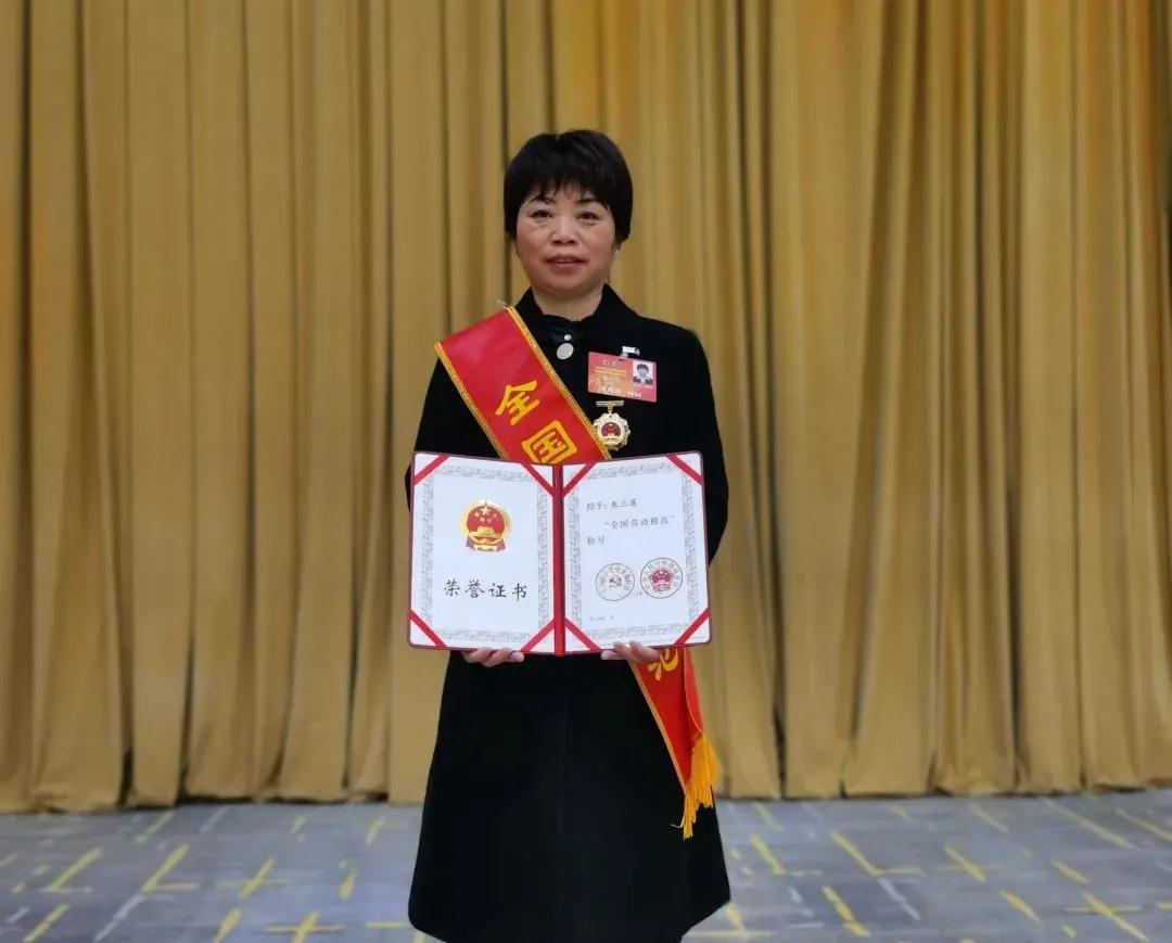 全国劳动模范朱三莲:带动周边姐妹致富
